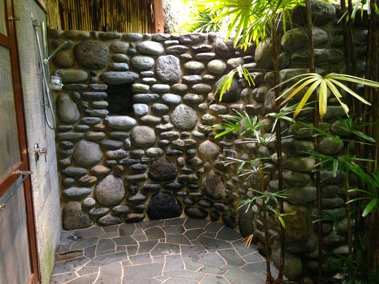 Qamea Resort And Spa Fiji : Our romantic and spacious outdoor shower worked great for rinsing dive gear too.