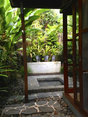 Qamea Resort And Spa Fiji : looking from the outdoor shower toward the hot tub