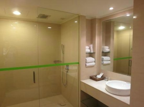 The Emerald Hotel : huge bathroom