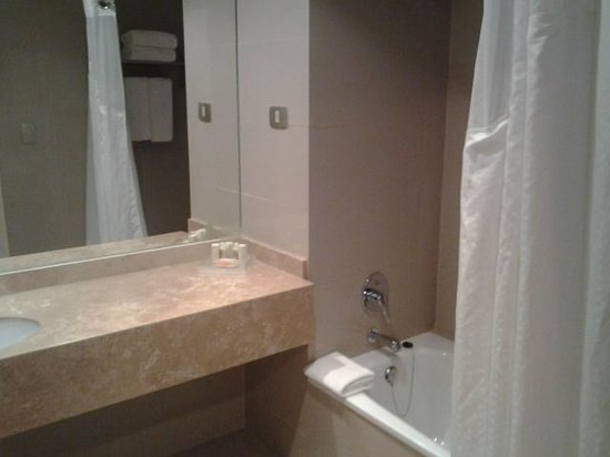 Holiday Inn Santiago Airport: clean bathroom