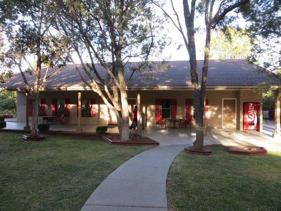 Best Western Pine Springs Inn: breakfast building