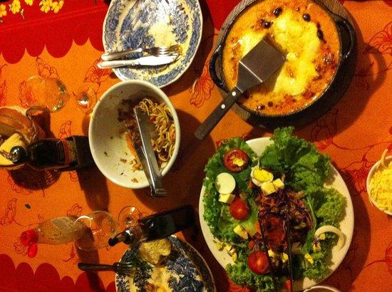 Vo Bertila Pizza & Pasta: Salade, lasagne met kip en nog een restje pasta met tonijn