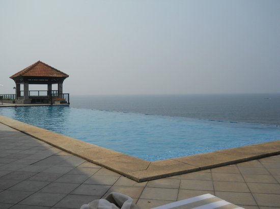 The Leela Kovalam Beach: The infinity pool at the Club