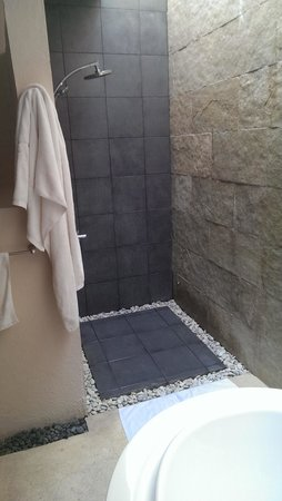 Bluewater Panglao Beach Resort: The best bit was the bathroom