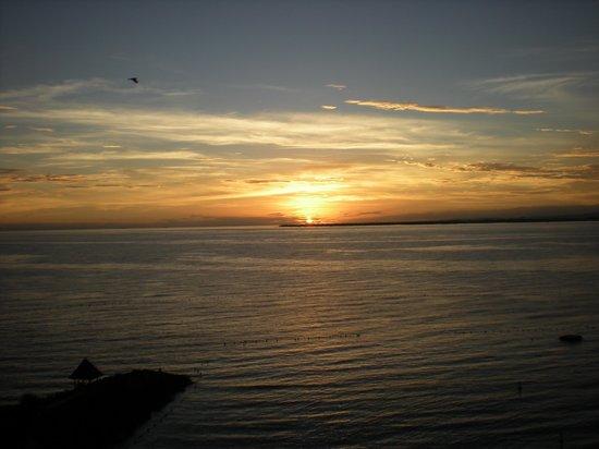 Shangri-La's Mactan Resort & Spa: Sun rise from bedroom