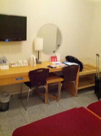 Arabian Park Hotel: desk and tv