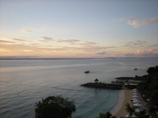 Shangri-La's Mactan Resort & Spa: Beach View from room at sun rise