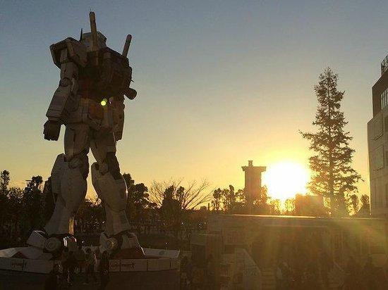 Diver City Tokyo Plaza: 夕陽のガンダム