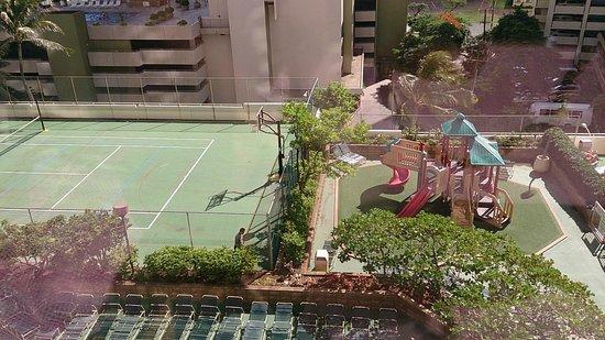 Aston at the Waikiki Banyan: テニスコートもありました