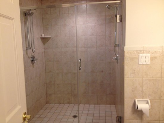 Cuomo's Cove: Double Shower head Bathroom