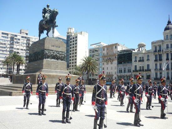 Plaza Independencia: Troca da guarda
