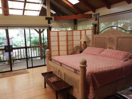 Volcano Village Lodge: Beautifully appointed room with selective privacy options