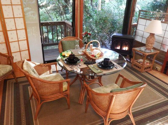 Volcano Village Lodge: A basket of goodies delivered every evening for the following morning