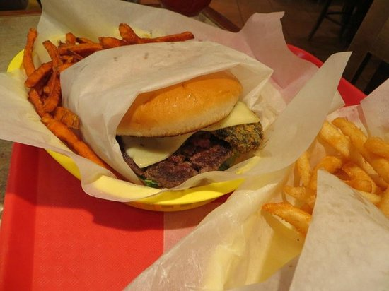 Lincoln County Grill : relleno cheeseburger with sweet potato fries
