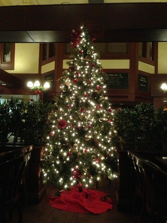 Longwood Brew Pub : Christmas tree in the restaurant area