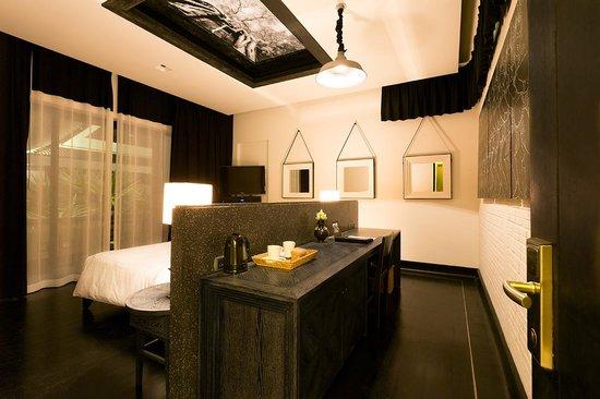 Shinta Mani Club : Work area in the room