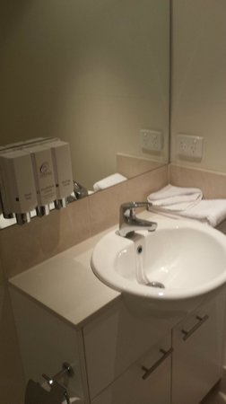 Toowoomba Central Plaza Apartment Hotel: Bathroom facilities are basic, but clean and good
