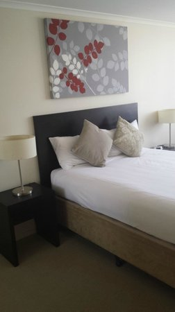 Toowoomba Central Plaza Apartment Hotel: The bed was comfy but kept sliding away from the Bed Head