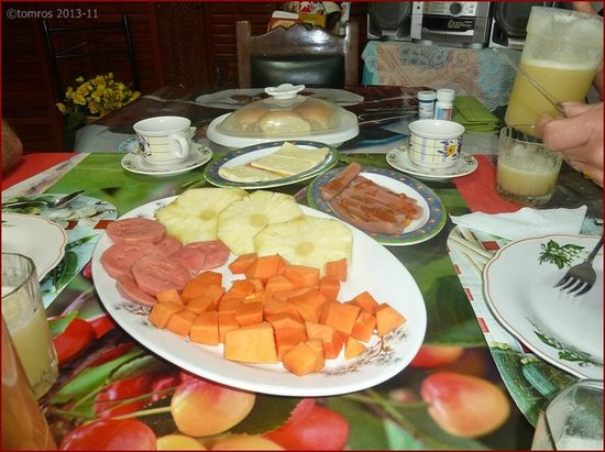 Casa Particular Reyes & Carolina : Breakfast with fruit, pineapple juice, omelette and great coffee