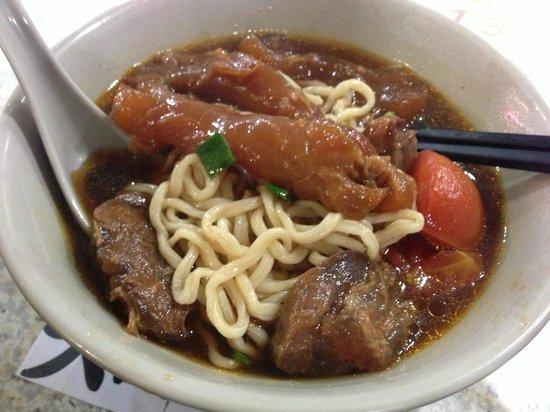 Tao-Yuan-Street Beef Noodle Shop : Half tendon half meat in tomato broth