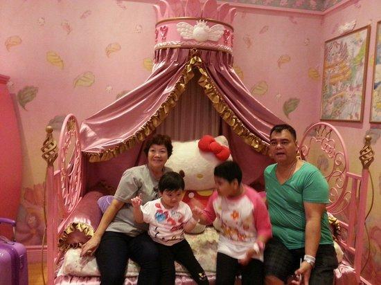 Hallmark Regency Hotel: pinky bed