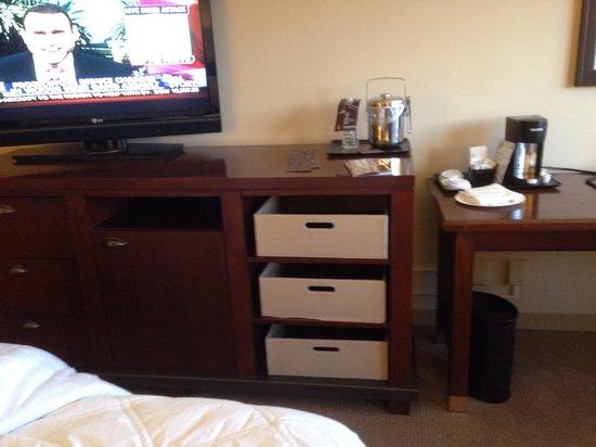 Sheraton Anchorage Hotel: Strange dresser