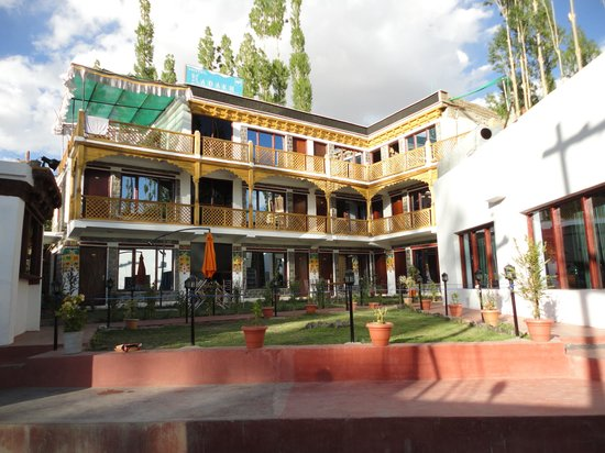 Hotel The Ladakh: Hotel view with garden