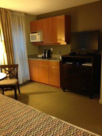 Auberge Vancouver Hotel: Fridge & microwave