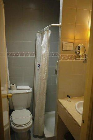 Ever Lisboa - City Center Hotel : shower