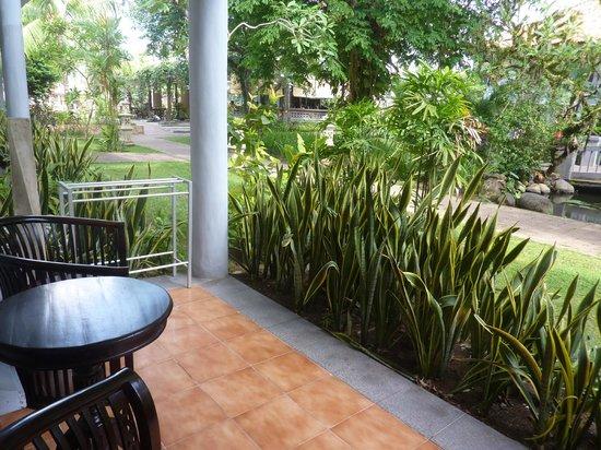 Puri Saron Seminyak : Our terrace - view to the garden