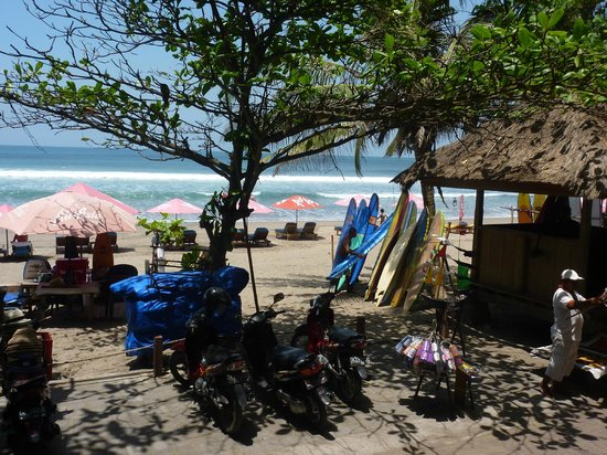 Puri Saron Seminyak : View to the beach from the sunlounges
