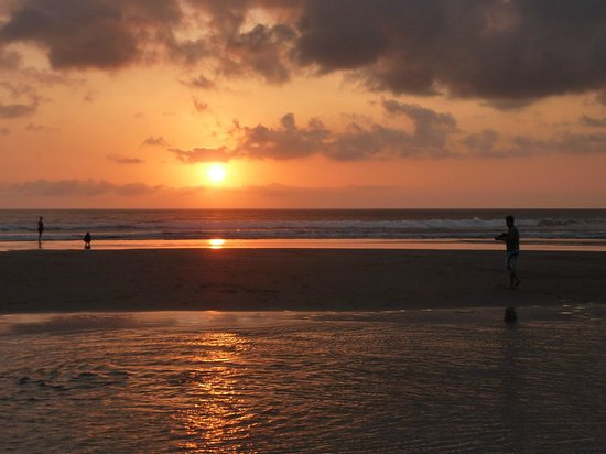 Puri Saron Seminyak: Sunset from the hotel sunlounges.