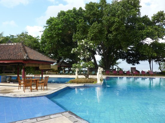 Puri Saron Seminyak: Pool with Champlung tree and the beach in front