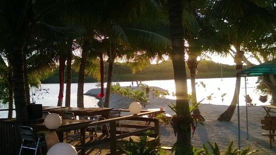 Aquana Beach Resort: resort view to water