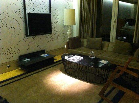 Witt Istanbul Suites: Living area and TV