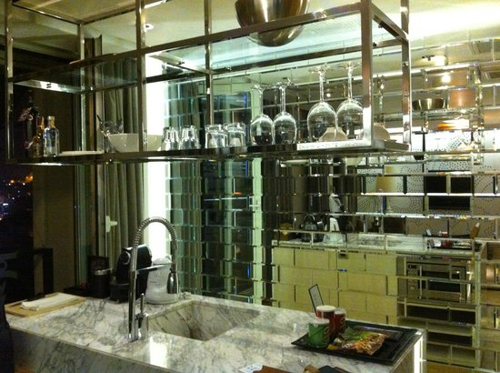 Witt Istanbul Suites : Kitchen/ mini bar