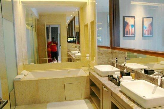 Resorts World Sentosa - Equarius Hotel: Huge bathroom