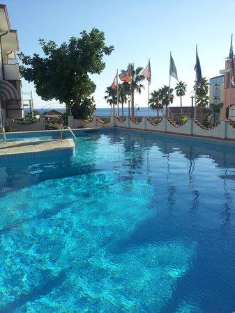 Hotel Ariston Montecarlo : foto dalla piscina con il panorama