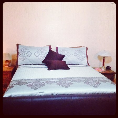Casa Kootenay Bed and Breakfast: Our super comfy bed in the Columbia room!