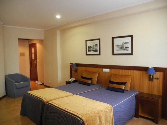 Hotel Aveiro Center: Номер (шкаф-купе - напротив двери)
