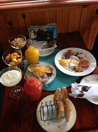 Knysna Tonquani Lodge & Spa: Option of breakfast in our chalet