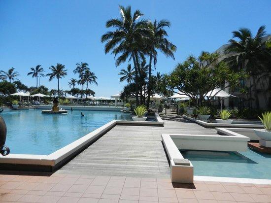 Sheraton Grand Mirage Resort, Gold Coast: Walking to pool area