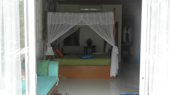 Coconut Beach Resort: very comfortable four poster bed