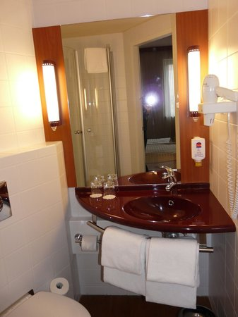 Star Inn Hotel Budapest Centrum, by Comfort: Bad mit großem Spiegel