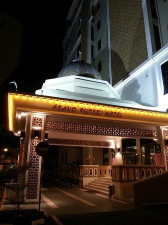 Grand Puteri Hotel: Hotel exterior at night