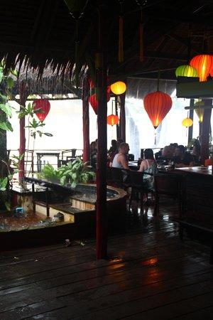 Relax Bay Resort: Hygge i restauranten i regnvejr