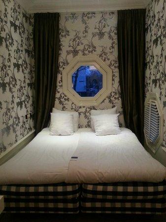The Amsterdam Canal Hotel: Комната с видом на канал - в ней хорошо спится, тихо