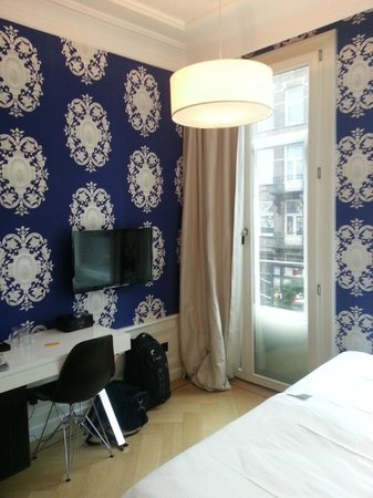 The Amsterdam Canal Hotel: Комната с видом на улицу - спать мне было шумно