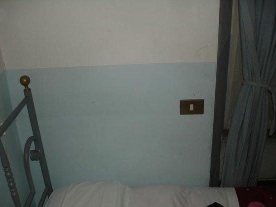 Hotel Merulana Star: Paredes sujas