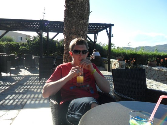 Santa Marina Beach Hotel: Cocktails on the verander
